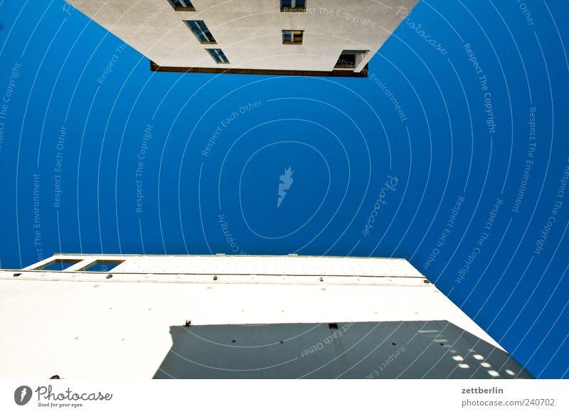 Haus, Himmel, Haus Stadtzentrum Stadtrand Skyline Menschenleer Bauwerk Gebäude Architektur Mauer Wand Fassade Fenster trendy himmelblau Wolkenloser Himmel