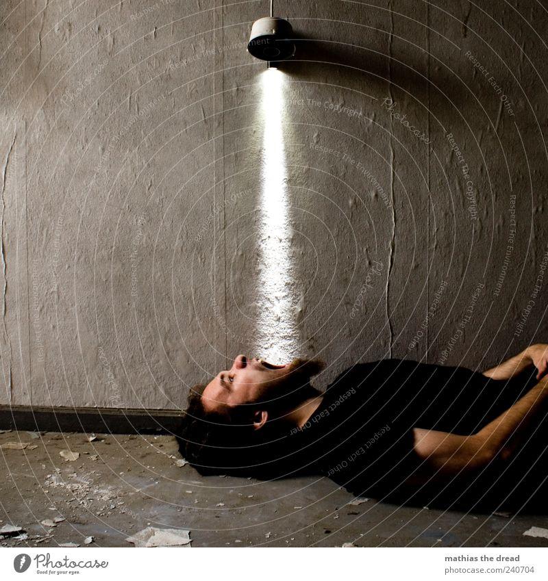 ENERGIEAUFNAHME Mensch Jugendliche Wand grau Mauer Gebäude Lampe liegen außergewöhnlich dreckig Junger Mann maskulin Energiewirtschaft leuchten trist Fabrik