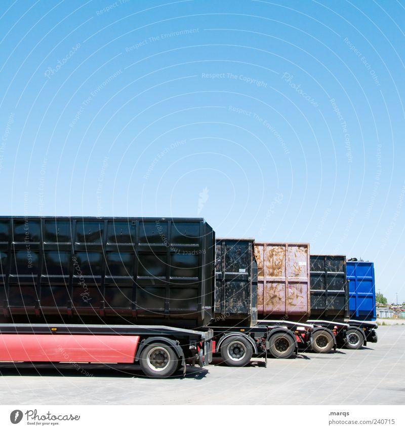 Transport Arbeit & Erwerbstätigkeit Ordnung Verkehr Güterverkehr & Logistik Lastwagen Mobilität Unternehmen Wirtschaft parken Container Wolkenloser Himmel