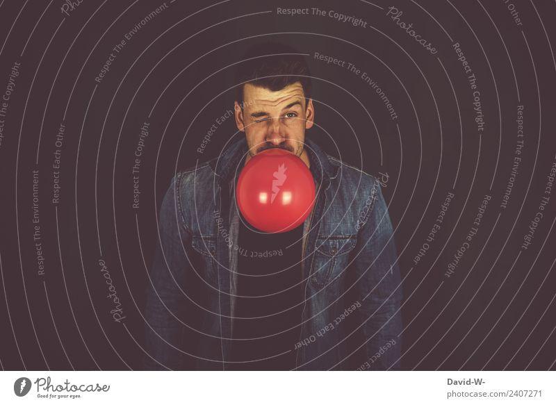 blasen - Mann mit rotem Luftballon aufblasen aufblasend spaß freude crazy verrückt Party Porträt Freude Geburtstag Feste & Feiern Spielen mehrfarbig