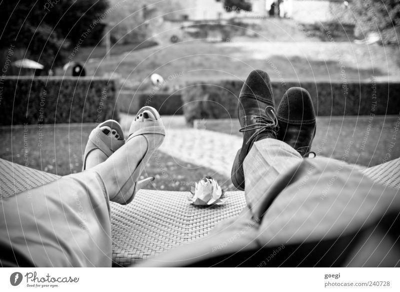 Stehparty Mensch 2 Hecke Park Bekleidung Hose Kleid Schuhe Damenschuhe Liege Liegestuhl Erholung genießen liegen sitzen elegant Feste & Feiern Papierrosen