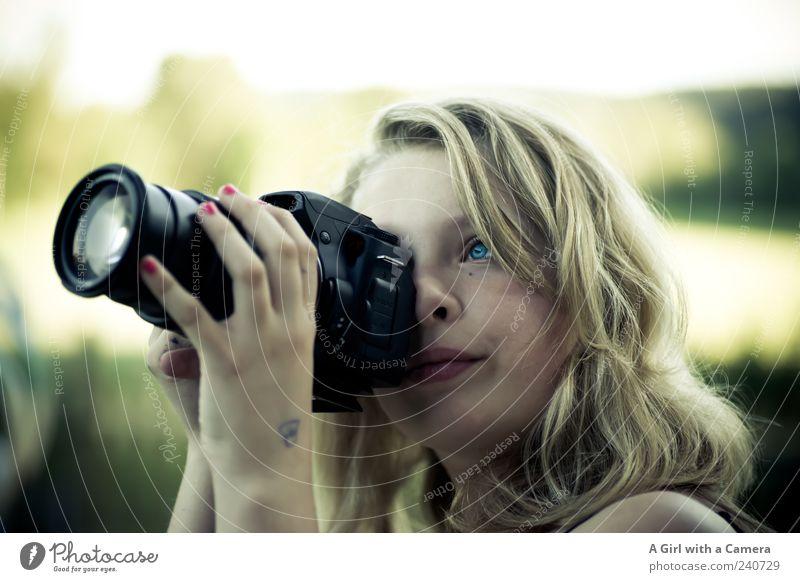 fokussieren! Mensch Jugendliche Hand schön Auge feminin Glück Junge Frau blond natürlich Fotografie frisch authentisch Fröhlichkeit einzigartig 13-18 Jahre