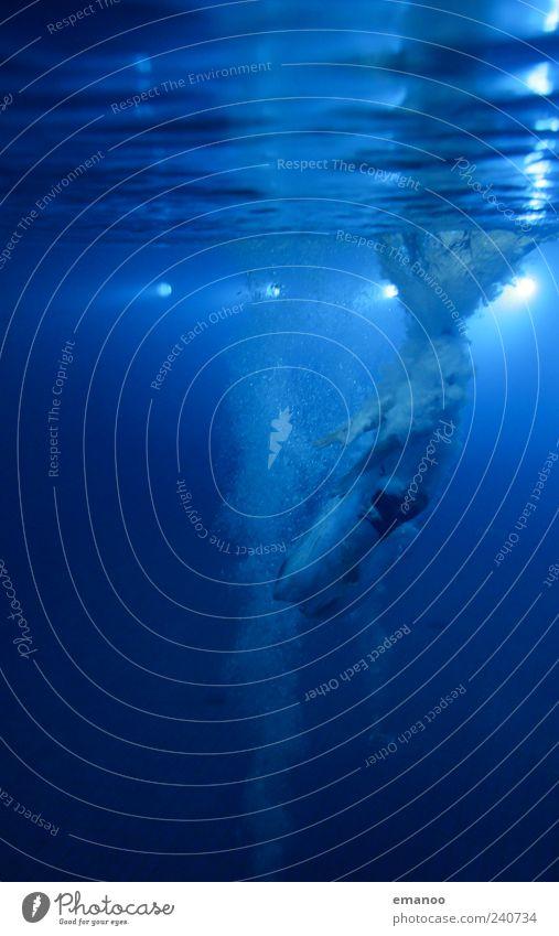 ins Blaue Mensch blau Wasser Meer Freude kalt Sport Leben Bewegung springen Stil Luft Lampe Schwimmen & Baden Wellen Kraft
