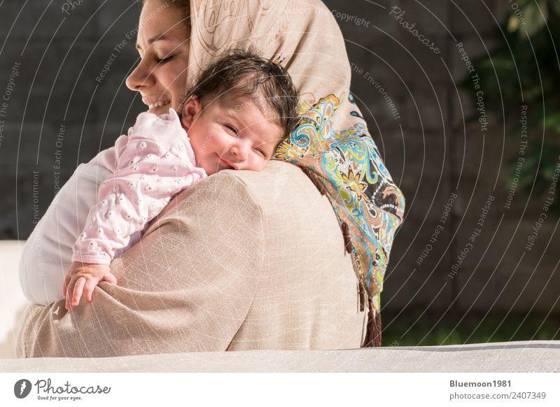 Muslimische Mutter umarmte ein neugeborenes Baby im Freien. Lifestyle schön Krankenpflege Wellness Leben Erholung Kindererziehung Mensch feminin Frau Erwachsene