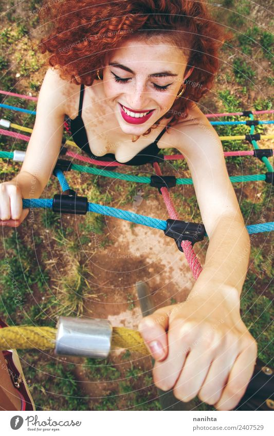 Junge rothaarige Frau beim Klettern in einem Park Lifestyle Stil Freude schön Haare & Frisuren Sommersprossen Wellness Leben Fitness Sport-Training üben Mensch