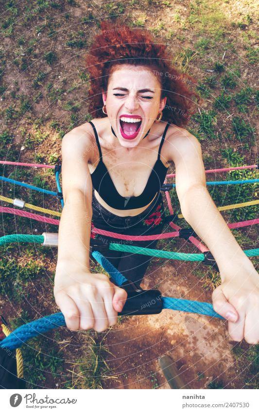 Junge rothaarige Frau, die im Freien schreit. Lifestyle Stil Freude Haare & Frisuren Wellness Leben Freizeit & Hobby Sport Mensch feminin Junge Frau Jugendliche