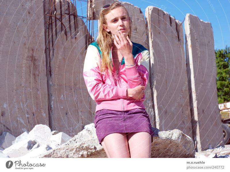 WorldEndParty/12 (Soldaten nahezu ganze Armeen) Jugendliche Hand Einsamkeit kalt feminin Gefühle Stil Beine Stimmung Junge Frau blond Vergänglichkeit Rauchen