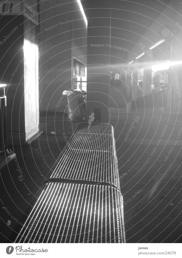 schwarzer schein weiß Fototechnik Schwarzweißfoto Bahnhof Lichterscheinung reflektion Bank sinus Reaktionen u. Effekte