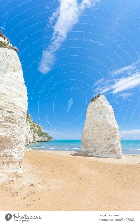 Vieste, Italien - Riesige Kreidefelsen am Strand von Vieste Apulien Kreidegestein Klippe Küste Höhe Hügel riesig erleuchten Sehenswürdigkeit Wahrzeichen