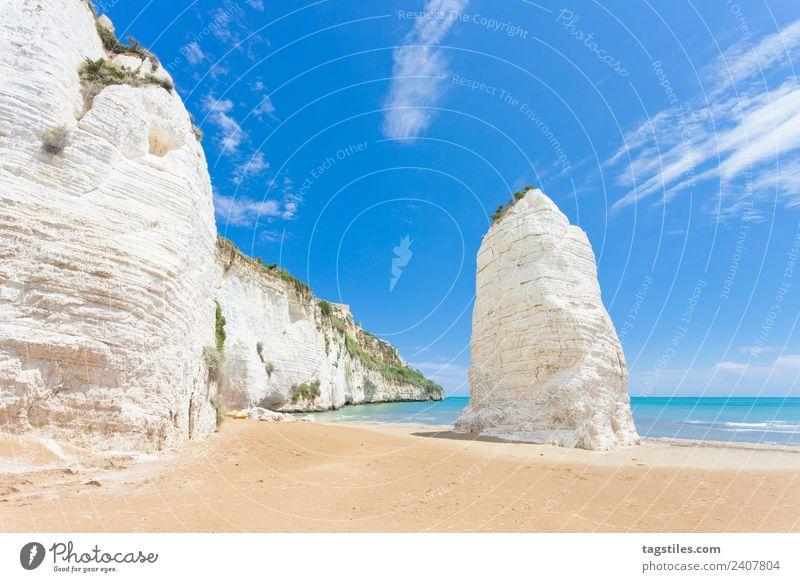 Himmel Natur Ferien & Urlaub & Reisen Sommer Pflanze Landschaft Meer Strand Berge u. Gebirge Küste Tourismus Sand Felsen leuchten Italien Hügel