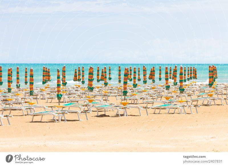 Vieste, Italien - Sonnenschirme am sauberen Strand von Vieste Apulien Küste grün Horizont Idylle erleuchten Beleuchtung Illumination Landschaft Mittelmeer Natur