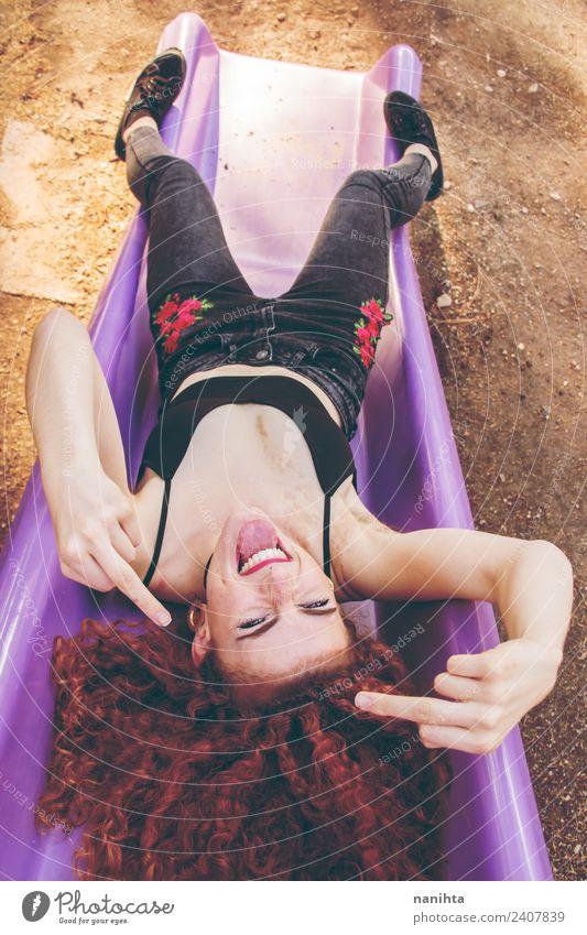 Junge rothaarige rebellische Frau Lifestyle Stil Freude Leben Mensch feminin Junge Frau Jugendliche 1 18-30 Jahre Erwachsene Jugendkultur Park Piercing Locken
