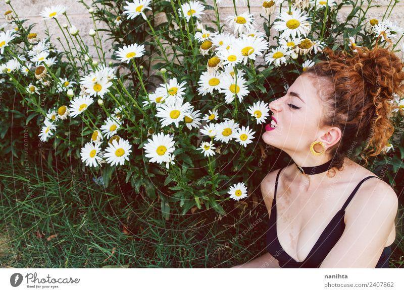 Junge Frau wütend in einem Garten voller Gänseblümchen Lifestyle Stil Design schön Freizeit & Hobby Mensch feminin Jugendliche 1 18-30 Jahre Erwachsene Umwelt