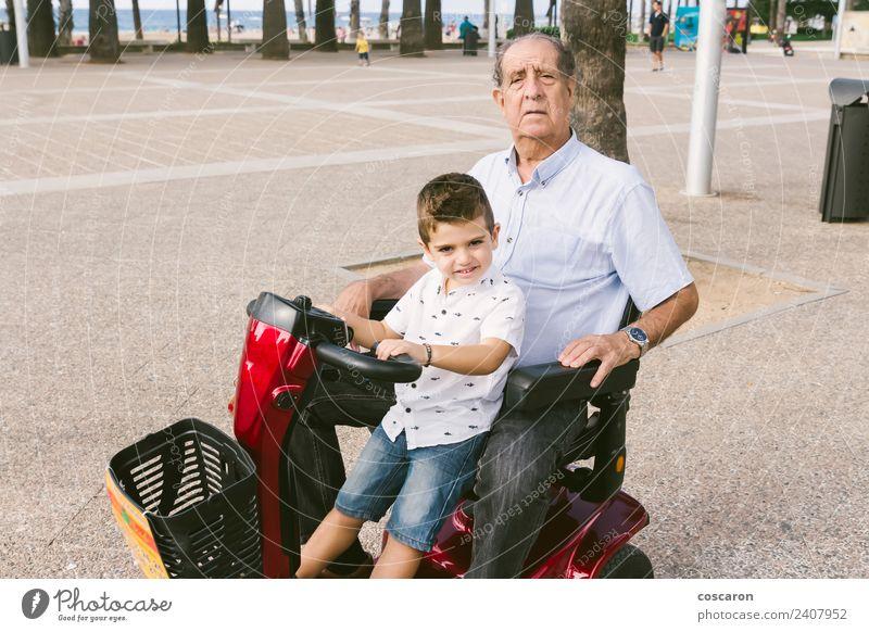 Großvater und Enkel mit Elektrorollstuhl Sommer Stuhl Kind Motor Mensch Junge Mann Erwachsene Natur Verkehr Fahrzeug alt Mobilität Selbstständigkeit Pflege