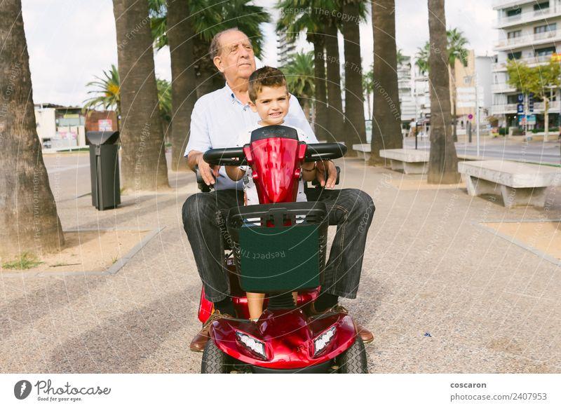 Grossvater und Enkel mit einem elektrischen Rollstuhl im Urlaub Sommer Stuhl Kind Motor Mensch Junge Mann Erwachsene Großvater Natur Verkehr Fahrzeug alt