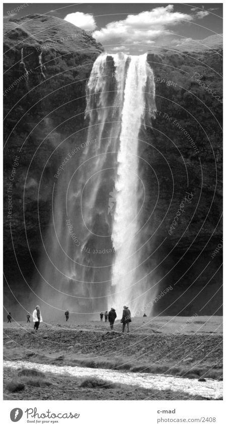 Wasserfall im Süden Islands Mensch Wolken Berge u. Gebirge Stimmung heiß Schwarzweißfoto Hochebene