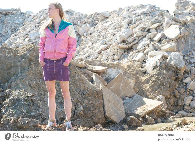 WorldEndParty/11 (Soldaten nahezu ganze Armeen) Jugendliche Einsamkeit feminin Gefühle Stein Stil Traurigkeit Beine Mode träumen Stimmung Junge Frau blond Beton Hoffnung Vergänglichkeit