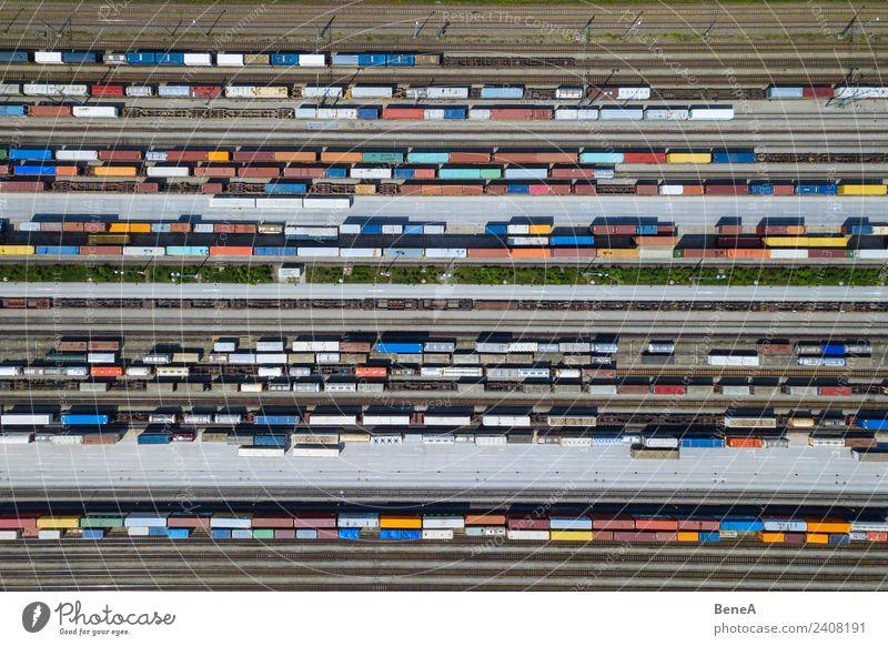 Güterzüge und Container auf Gleisen von oben Wirtschaft Handel Business Verkehr Verkehrsmittel Verkehrswege Güterverkehr & Logistik Bahnfahren Lastwagen