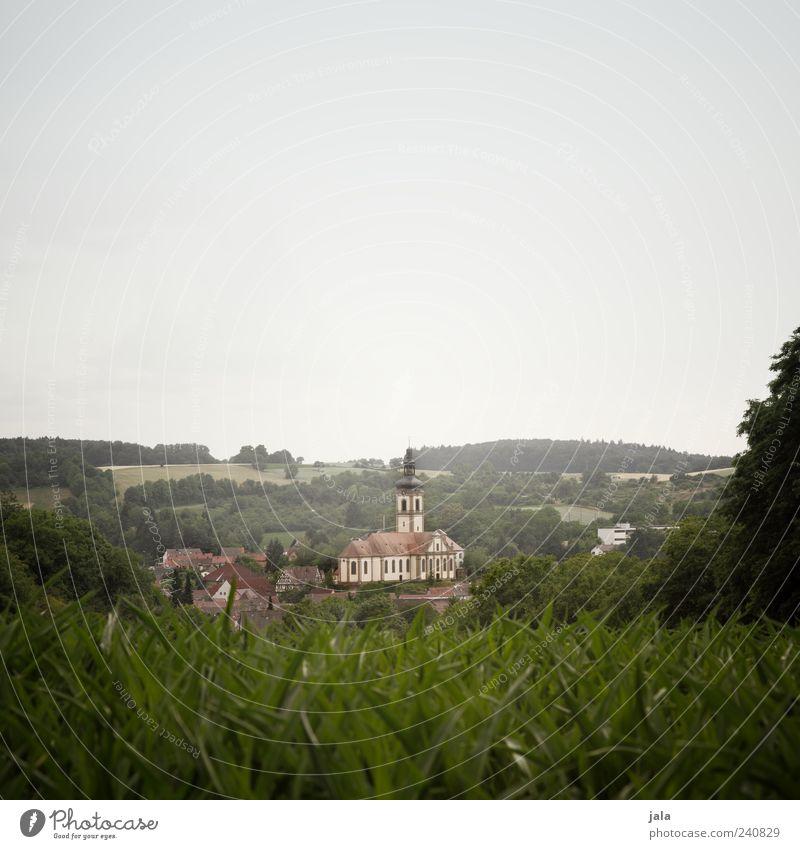 aussicht Natur Landschaft Himmel Wolkenloser Himmel Pflanze Baum Gras Sträucher Feld Wald Dorf Haus Kirche Bauwerk Gebäude Architektur trist Farbfoto