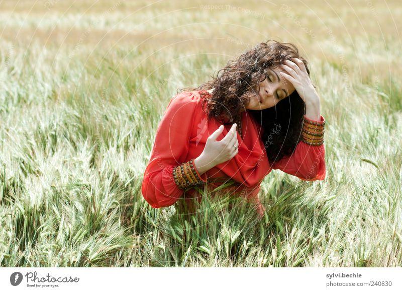"""""""Mohnblume"""" Mensch Natur Jugendliche grün rot Sommer Erwachsene Erholung Umwelt feminin Leben Junge Frau Zufriedenheit Feld 18-30 Jahre"""