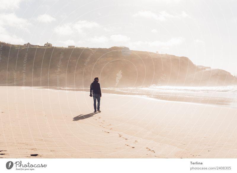 Sunshine Abenteuer Ferne Meer Mann Erwachsene 1 Mensch 30-45 Jahre gehen Ferien & Urlaub & Reisen stehen wandern ästhetisch Unendlichkeit nass positiv Wärme