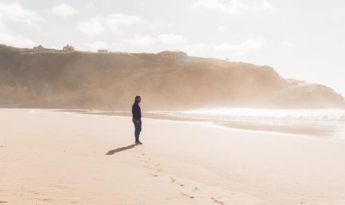 Sommerbrise Landschaft Sonnenlicht Küste Strand Meer beobachten Erholung laufen Blick stehen wandern warten authentisch Glück maritim Stimmung Freude