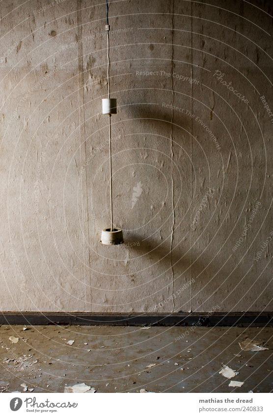 LICHT AUS ruhig kalt Wand Mauer Gebäude Lampe dreckig kaputt trist Kabel Fabrik Bauwerk Tapete schäbig hängen Ruine