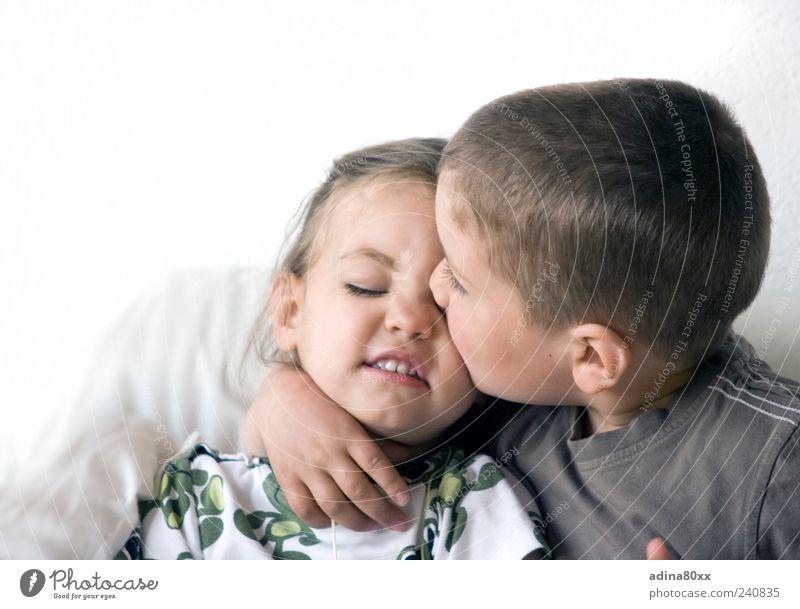 Geschwister, Kuss Kindererziehung Bildung Mädchen Junge Bruder Schwester Familie & Verwandtschaft Freundschaft Paar Leben Küssen träumen Umarmen Zusammensein
