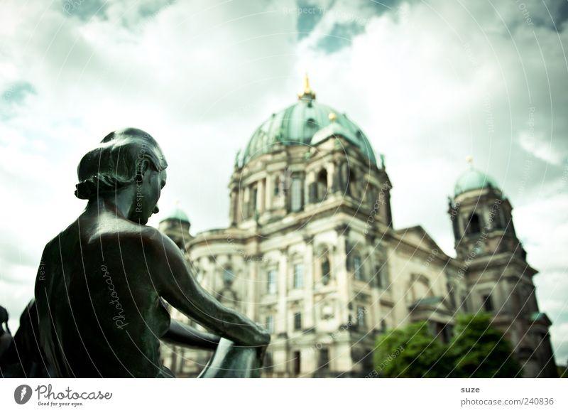 Spreeblick Tourismus Sightseeing Städtereise Frau Erwachsene Kunst Skulptur Kultur Umwelt Himmel Wolken Wetter Hauptstadt Kirche Dom Bauwerk Gebäude