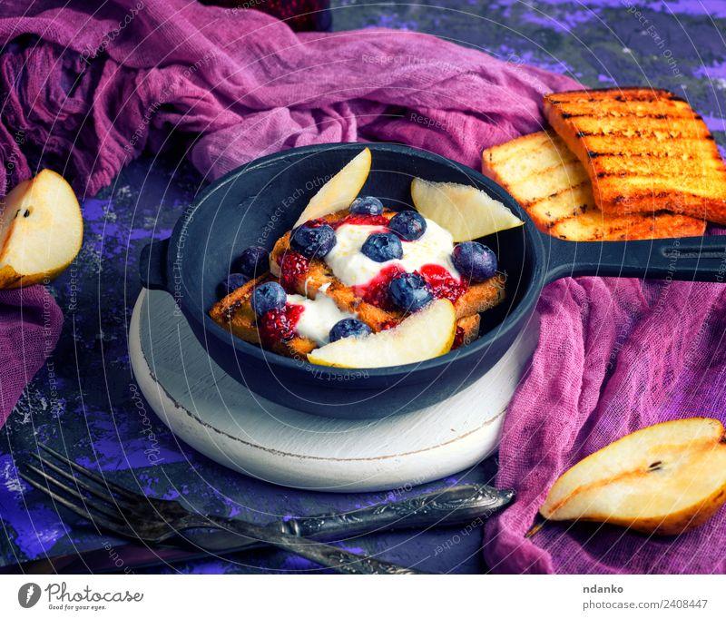 Französischer Toast mit Beeren Frucht Brot Dessert Süßwaren Frühstück Mittagessen Pfanne Gabel Tisch frisch lecker weiß Zuprosten Sahne Lebensmittel Hintergrund