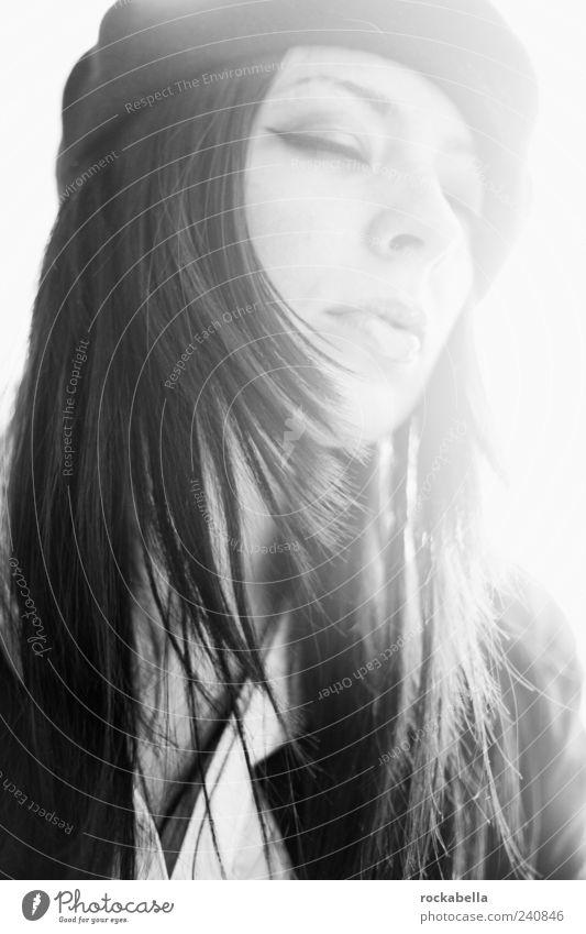 es tut nicht weh. feminin Junge Frau Jugendliche 1 Mensch 18-30 Jahre Erwachsene Bekleidung schwarzhaarig langhaarig genießen träumen ästhetisch elegant schön