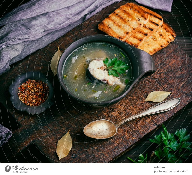 Fischsuppe mit Makrele Meeresfrüchte Gemüse Brot Suppe Eintopf Ernährung Mittagessen Abendessen Teller Schalen & Schüsseln Löffel Tisch Küche Restaurant Holz