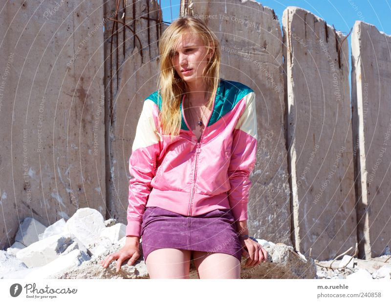 WorldEndParty/10 (Soldaten nahezu ganze Armeen) Stil feminin Junge Frau Jugendliche Beine Müllhalde Rock Jacke blond Gefühle Stimmung Begierde Traurigkeit