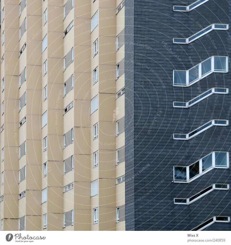 Hochhaus Stadt Stadtrand Haus Bauwerk Gebäude Architektur Fassade Fenster Häusliches Leben hoch modern trist Wohnung Wohnungssituation Farbfoto Gedeckte Farben