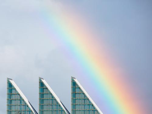 Regenbogen über moderner Architektur Himmel Stadt Farbe schön Haus Fenster außergewöhnlich Stimmung leuchten ästhetisch authentisch einzigartig Dach positiv