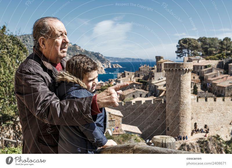 Großvater und Enkel in Tossa de Mar. Spanien. Freude Ferien & Urlaub & Reisen Strand Meer Kind Ruhestand Natur Park Stadt Burg oder Schloss Lächeln Fröhlichkeit