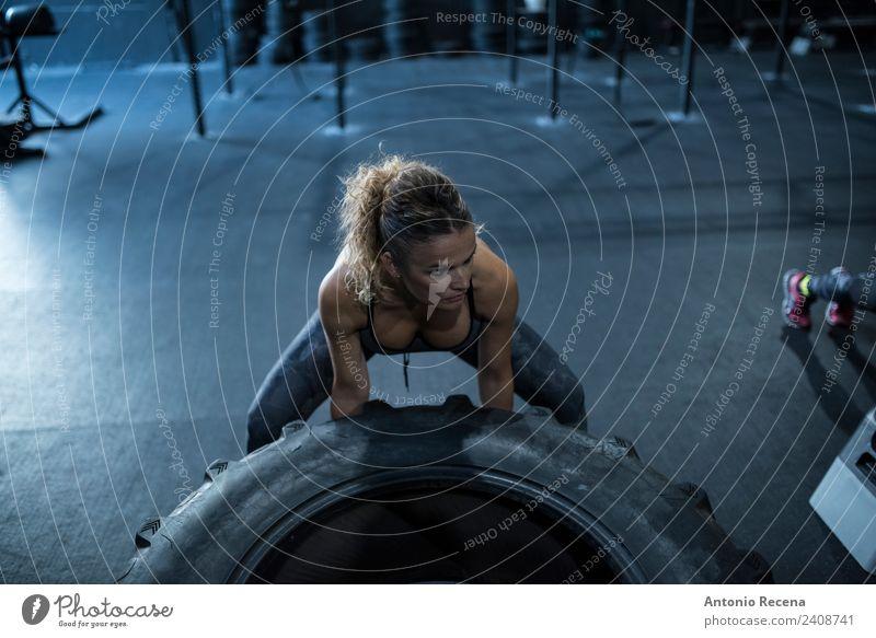 Frau Mensch Erwachsene Sport Arbeit & Erwerbstätigkeit Fitness stark reif Club anstrengen Disco Muskulatur üben Sporthalle