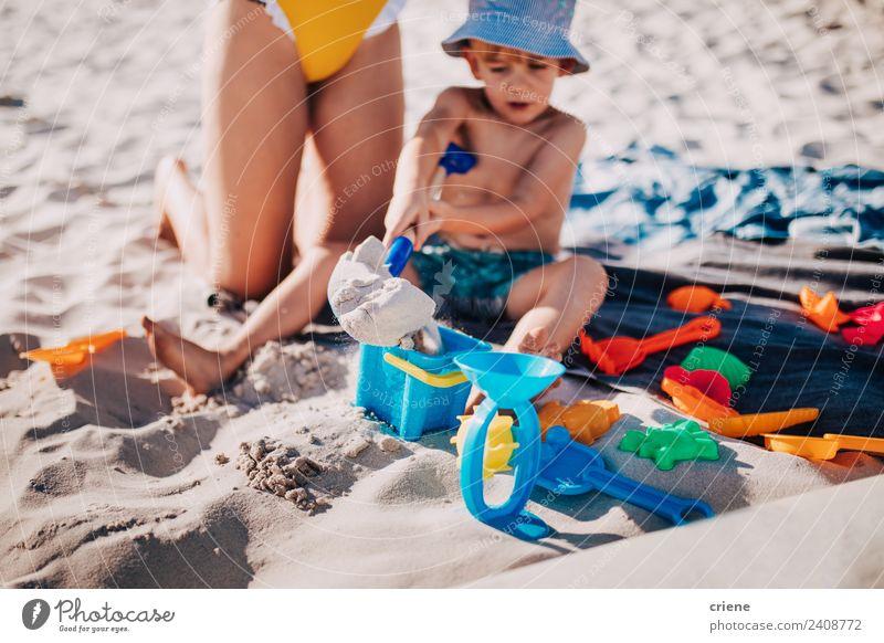 kleiner kaukasischer Junge spielt im Sand am Strand. Lifestyle Freude Glück Spielen Ferien & Urlaub & Reisen Sommer Sonne Meer Kind Mensch Kindheit Natur