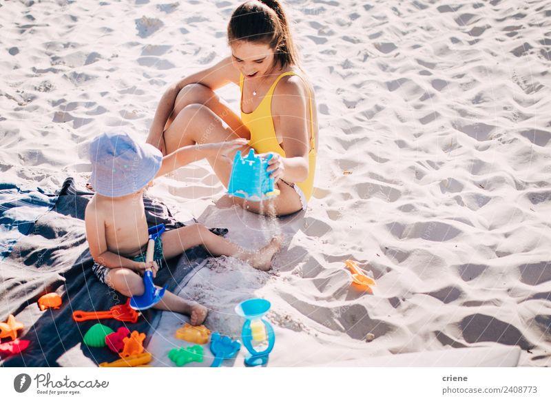 kaukasische Mutter und Sohn beim Spaß am Strand Lifestyle Freude Glück Spielen Ferien & Urlaub & Reisen Sommer Kind Junge Frau Erwachsene Eltern