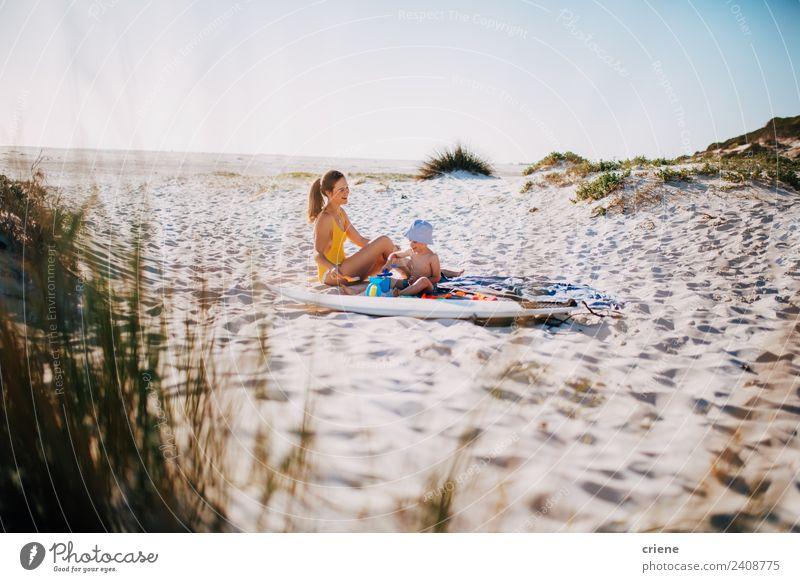 glückliche kaukasische Mutter und Sohn, die in den Dünen sitzen. Lifestyle Glück Ferien & Urlaub & Reisen Sommer Strand Kind Junge Frau Erwachsene Mann Eltern