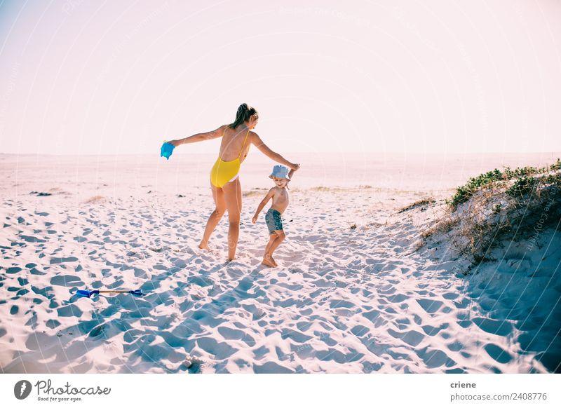 Frau Natur Ferien & Urlaub & Reisen Sommer schön Sonne Strand Erwachsene Lifestyle Familie & Verwandtschaft Junge Glück klein Zusammensein Sand Aussicht