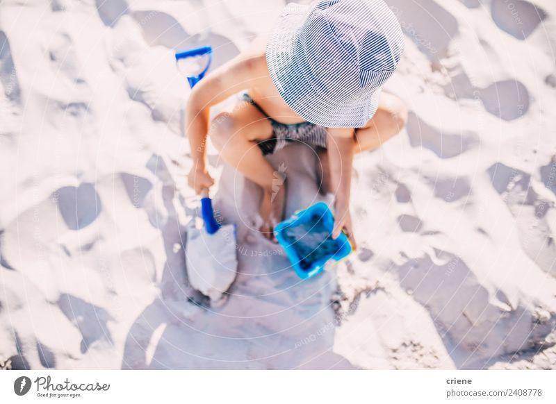 kleiner kaukasischer Junge spielt im Sand mit seiner Schaufel. Freude Glück schön Freizeit & Hobby Spielen Ferien & Urlaub & Reisen Sommer Sonne Strand Kind