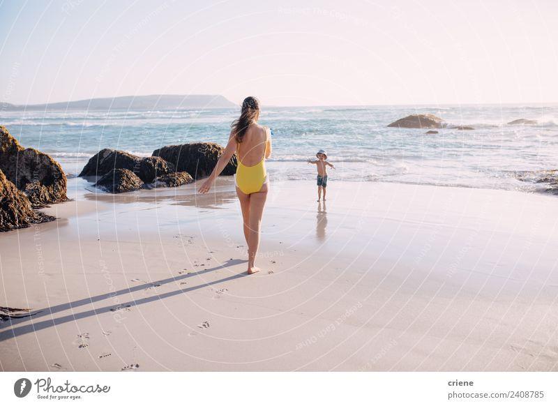 Frau Kind Mensch Ferien & Urlaub & Reisen Sommer blau Sonne weiß Meer Erholung Strand Erwachsene Lifestyle gelb Junge Glück