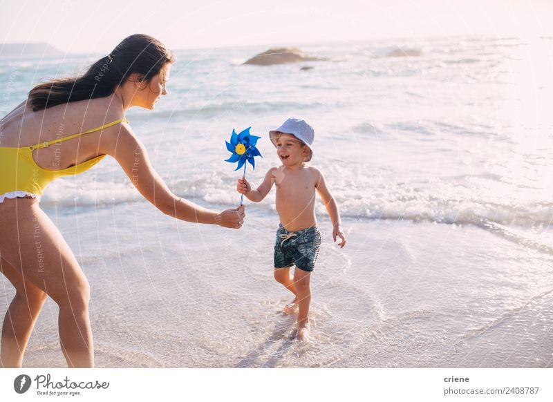 Frau Kind Sommer blau Sonne weiß Meer Freude Strand Erwachsene Wärme Lifestyle gelb Umwelt Küste Familie & Verwandtschaft