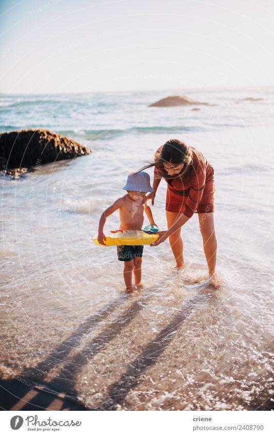 Frau Kind Himmel Ferien & Urlaub & Reisen blau Sonne weiß Hand Meer rot Freude Strand Erwachsene Lifestyle Familie & Verwandtschaft Junge