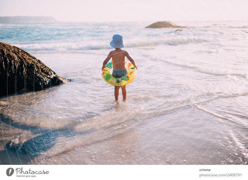 kleiner kaukasischer Junge am Strand mit seinem aufblasbaren Ring Freude Glück schön Freizeit & Hobby Spielen Ferien & Urlaub & Reisen Sommer Sonne Meer Kind