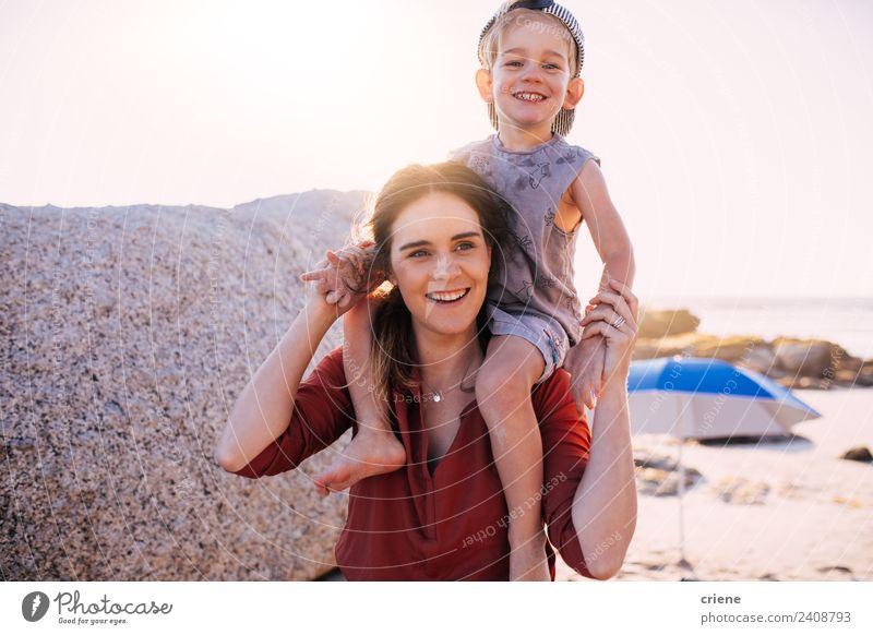 Frau Kind Himmel Sommer Sonne weiß rot Freude Strand Erwachsene Wärme Lifestyle Liebe Familie & Verwandtschaft Stil Junge