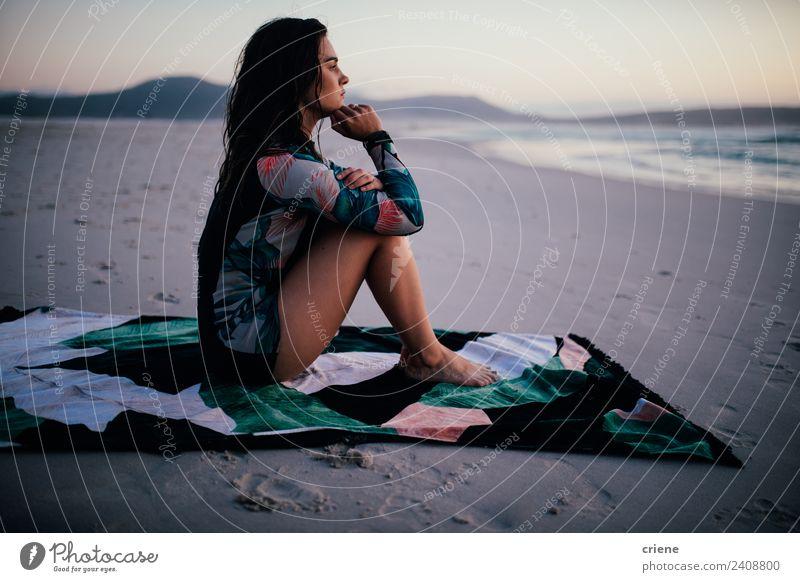 Kaukasische Frau im Neoprenanzug auf Handtuch am Strand sitzend Lifestyle schön Körper Erholung Freizeit & Hobby Ferien & Urlaub & Reisen Sommer Meer Mensch