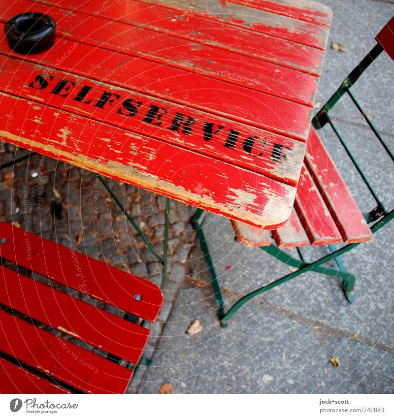 Selbstbedienung! Bar Gastronomie Friedrichshain Holz Schriftzeichen einfach rot Stimmung Gelassenheit planen Wandel & Veränderung Klappstuhl Klapptisch