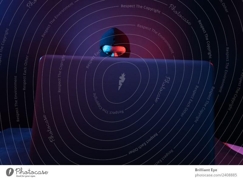 Gigantischer Bildschirm Mensch Jugendliche Mann blau rot dunkel 18-30 Jahre Erwachsene Business Kopf Arbeit & Erwerbstätigkeit Büro maskulin Computer Sicherheit